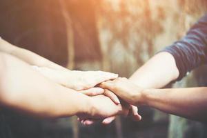 business team omarmt met handen