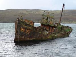 bruine schipbreuk in het water