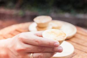 hand met een mini-taart