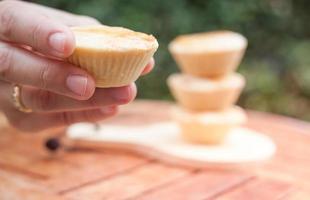 close-up van een hand met een taart