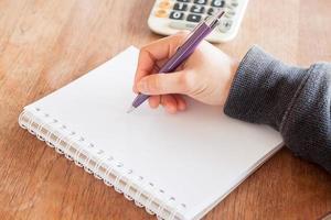 close-up van een persoon die schrijft