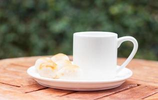 gebak op een schotel met een koffiekopje