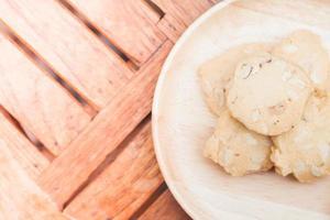 bovenaanzicht van cashew cookies op een houten tafel