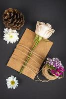 bovenaanzicht van een bloem op kraftpapier