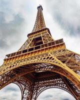 Eiffeltoren onder een bewolkte hemel foto
