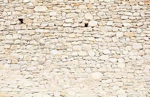 beige stenen muur