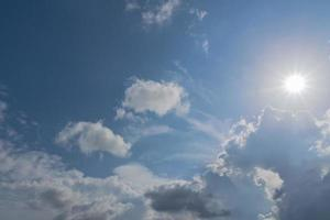 blauwe lucht met witte wolken foto