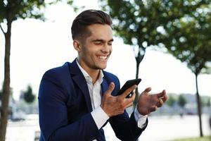 man lacht in zijn telefoon foto
