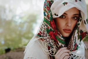 portret van een meisje in een geborduurde jurk foto