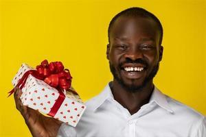 man die lacht met een cadeau foto