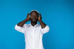 luisteren naar muziek in een koptelefoon foto