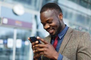 man lacht tijdens het sms'en foto