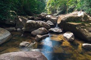 rotsen in het nationale park van de waterval van khao chamao