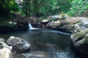 rivier in het nationale park van de waterval van khao chamao