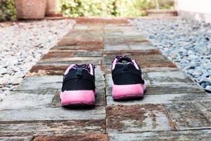 hardloopschoenen in een huistuin