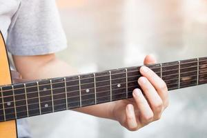 close-up van een persoon die een gitaar speelt