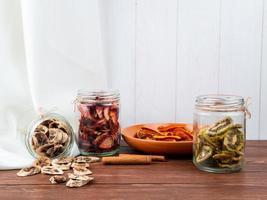 gedroogd fruit in potten en op een bord