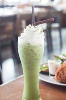 groene thee frappe op een tafel