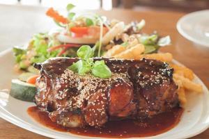 varkensvlees bedekt met saus