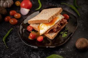 Broodje ham en ei-ontbijt foto