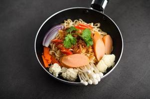 Thaise noedels in een pan foto