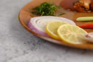 sardines in tomatensaus op een houten dienblad foto