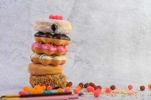 een stapel diverse donuts en toppings foto