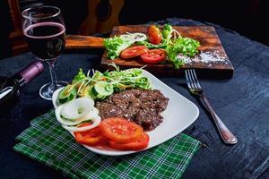 bord met biefstuk en een salade