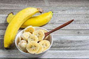 kom met gesneden bananen