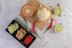 Thaise kleefrijst met Spaanse pepers, limoen en knoflook