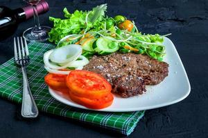bord biefstuk en salade