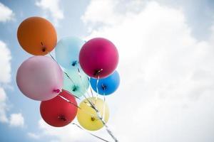 kleurrijke ballonnen tegen een blauwe hemel foto