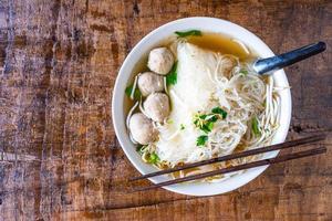 kom met ramen met dumplings foto