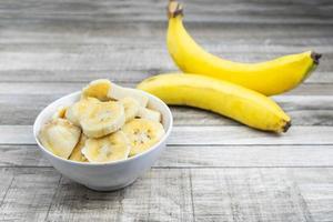 gesneden bananen in een kom foto