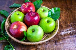 mand met appels foto