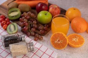 gesneden fruit en sap