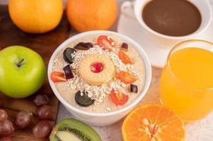 dessertbeker met appels, kiwi, sinaasappel en druiven