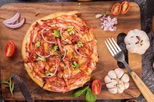 zelfgemaakte pizza met ingrediënten foto