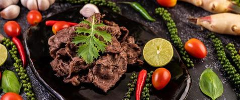 varkensvlees met tomaten, paprika, knoflook en limoen. foto