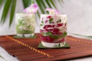 dessert in een glas op een bananenblad