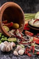 papajasalade ingrediënten met gefermenteerde vis