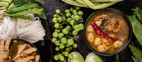 rijstnoedels met pepers, meloen, linzen en citroen