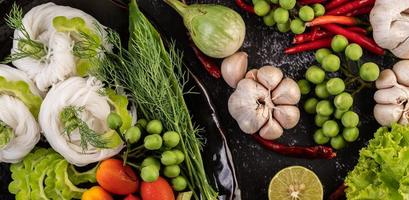 rijstnoedels met bonen, tomaten, meloen en pepers