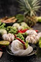 rijstnoedels met bonen, tomaten, meloen en pepers foto