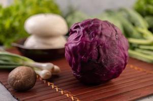 paarse bloemkool, lente-uitjes, shiitake paddenstoelen en gestoomde broodjes