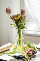 boeket van roze en gele tulpen op een tafel foto