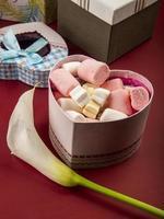 Valentijnsdag snoepjes en een bloem