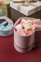 Valentijnsdag snoepjes met een geschenk foto