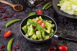 komkommers gewokt in een koekenpan