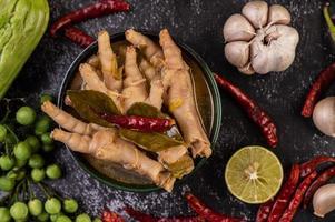 rijstnoedel en kippenvoeten soep foto